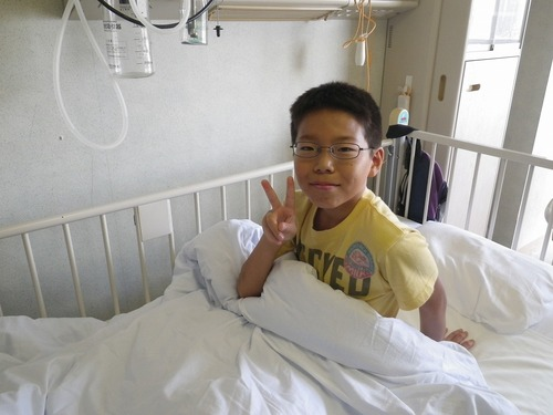 8月23日 手術当日。 クマさん柄の手術着を着せられる。 |ω・`)フ... 入院、手術・・そし