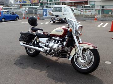 ホンダ、ワルキューレ コンビニに立ち寄ると、ウォ~というようなバイクが隣に停まっていました。..